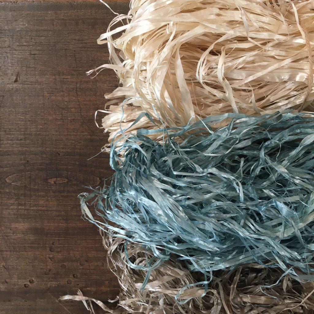 葛の繊維 生成りと、団栗、藍で染めたもの