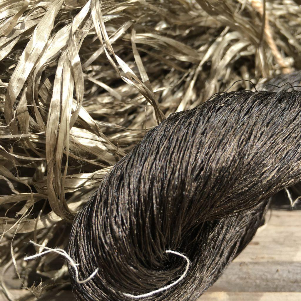 イタヤカエデ染めの糸・黒に近い